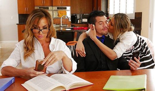 Брюнет изменяет зрелой жене с молодой и сексуальной домработницей