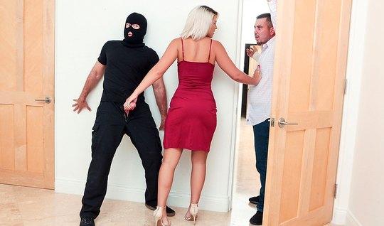 Блондинка в своей гостиной изменяет мужу с плохим парнем с балаклаве
