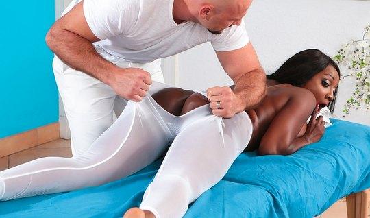 Мускулистый массажист рвет лосины на попе темнокожий красотки и трахает ее