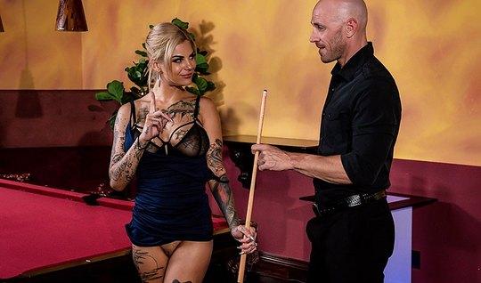 Татуированная блондинка с растрепанными волосами делает минет