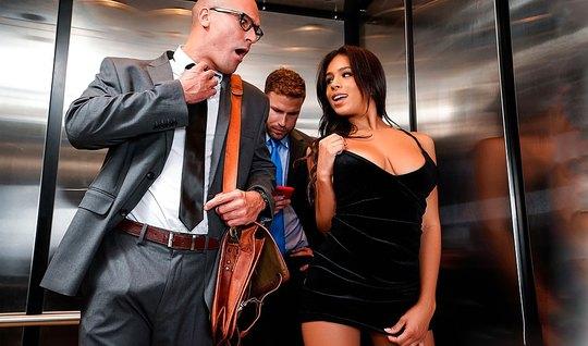 Роскошная брюнетка отсасывает длинный пенис своему шефу в лифте