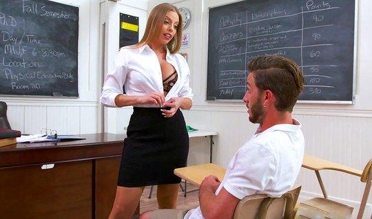 Развратная училка соблазнила сексуального студента после занятий