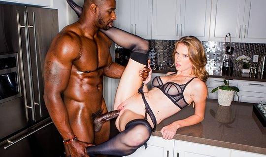 Межрассовый секс крупным планом с бурным оргазмом обеих партнеров