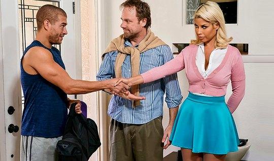 Сочная блондинка трясет сиськами и изменяет мужику с мускулистым другом