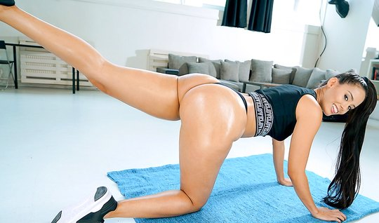 Аппетитная брюнетка трахается с фитнес тренером на полу перед вебкой