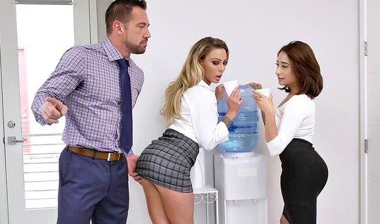 Секретарша увидела, как начальник трахает в офисе сотрудницу и присоединилась к оргии