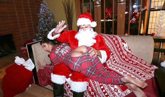 Санта отшлепал молоденькую брюнетку и поимел ее в упругую попку