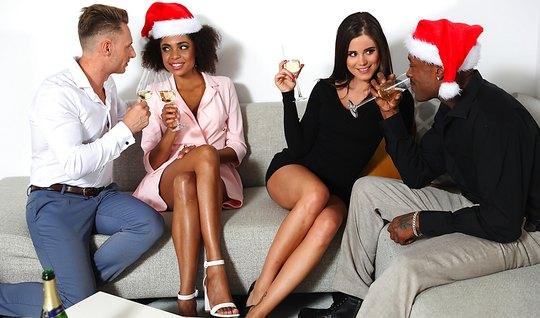 Белые и темнокожие свингеры устроили групповуху на одном диване