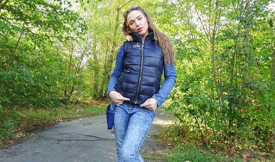 Пикапер предложил телке денег и трахнул ее на природе в парке