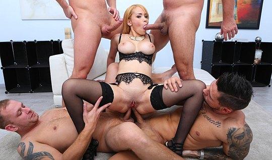 Блондинка в чулках трахается с несколькими мужиками одновременно