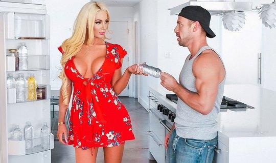 Блондинка изменяет мужу с мускулистым курьером на кухонном полу перед вебкой