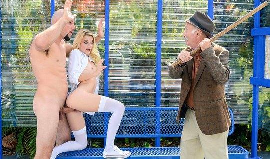 Блондинка в чулках трахается с мужиком при зрелом дедушке на улице