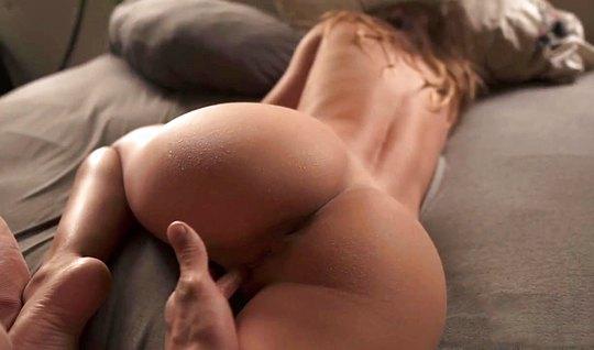 Мужик вставляет член в попу брюнетки и пальцами растягивает ее дырочку