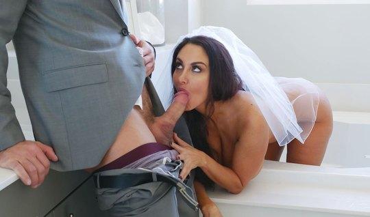 Грудастая мамка в платье невесты занимается сексом в спальне