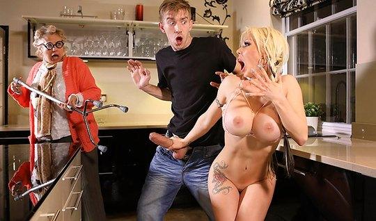 На кухне молодой человек жадно трахает грудастую блондинку...