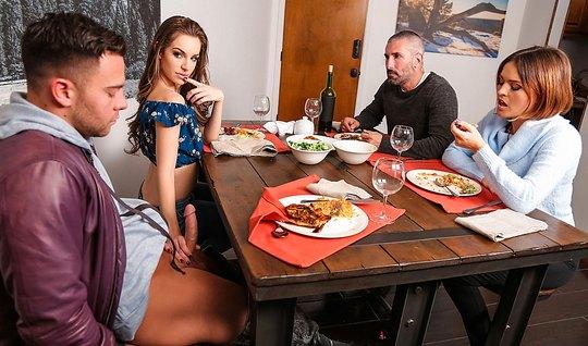 Мамочка и ее сексуальная дочка трахают одного друга после ужина