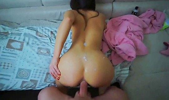 Девушка раздвинула ноги для домашнего анала на видео камеру...