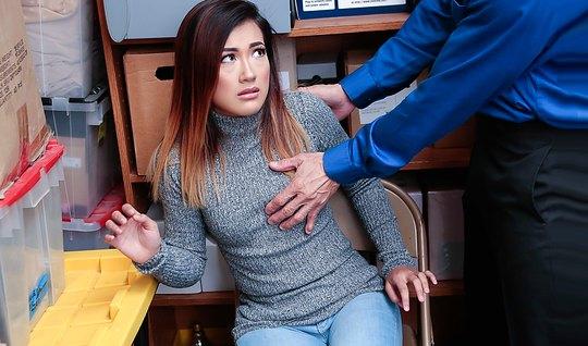 В офисе охранник поставил телку раком и трахнул ее в пилотку