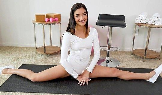 Балерина раздвинула ноги и впустила член в свою мокрую киску