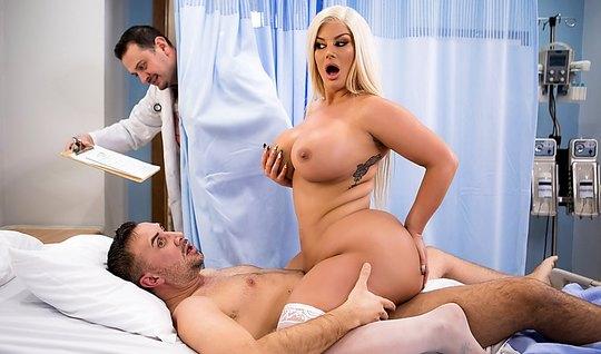 Толстушка блондинка лечит пациента страстным сексом в палате