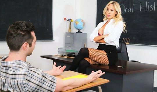 Училка в чулках трахается со студентом после занятий в кабинете