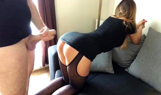 Муж снял на камеру, как дома рачком на диване трахнул по-быстрому свою жену