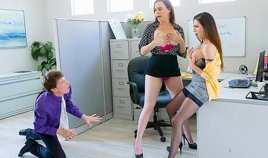 Две похотливых стервы по очереди прыгает в офисе на пенисе своего коллеги