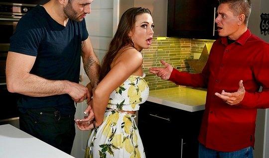 Мамка с красными губами изменила мужу с небритым любовником на кухонном столе