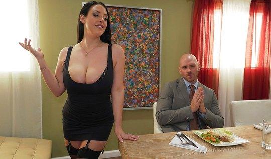 Брюнетка с огромными дойками показала боссу огромные дойки и отсосала