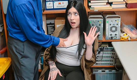 Мужик пристает к брюнетке в офисе и трахает ее в кремовую пилотку на столе