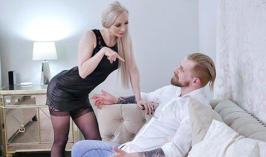 Длинноногая мамка в чулках изменяет мужу с его другом на большой постели
