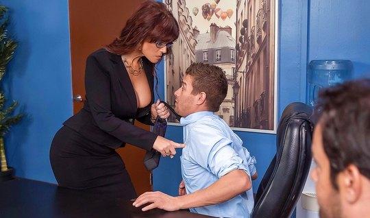 Сисястая брюнетка с большой жопой задирает ноги на столе в офисе перед боссом
