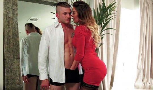 Мамочка в чулках сняла красное платье и занимается сексом с молодым любовником