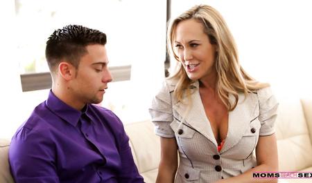 Красивая милфа учит парня сексу и его невесту лесбийской любви