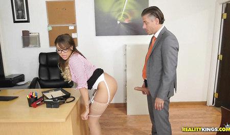Шеф жестко трахнул секретаршу за мастурбацию на рабочем месте