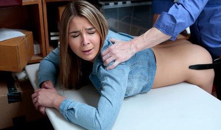 Менеджер сношает раком симпатичную телку на столе