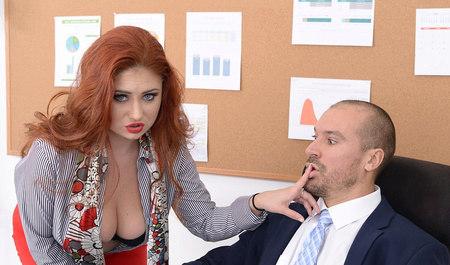 Рыжая дама мастурбирует и занимается сексом с коллегой в офисе