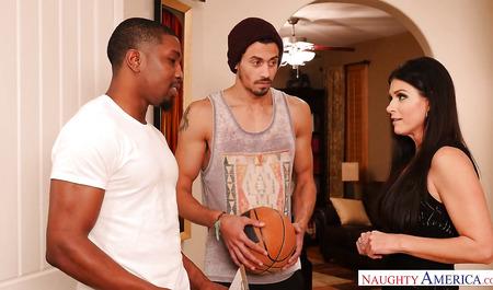 Красивая милфа трахается утром с двумя чернокожими баскетболистами в целях поддержания спорта