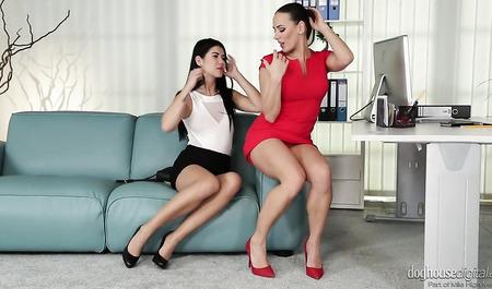 Чикса в красном платье успокаивает расстроенную подругу лесбийским сексом и большим дилдо