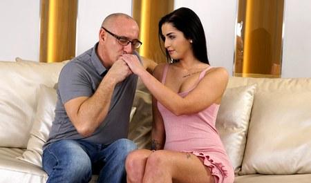 Зрелый мужик возбуждает молодую жену на секс до полуночи