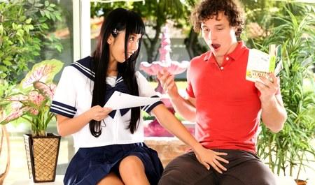 Чикагский парень учит японскую азиатку языку и межрасовому сексу