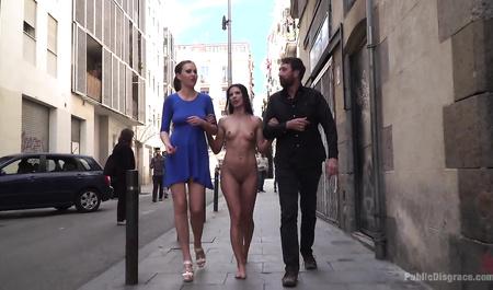Семейная пара гуляет по городу с голой девицей в роли нижней
