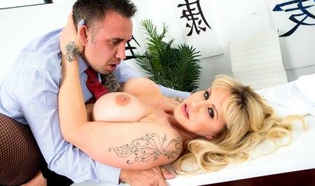 Мужчина занимается сексом с грудастой Райан Коннер на рабочем месте
