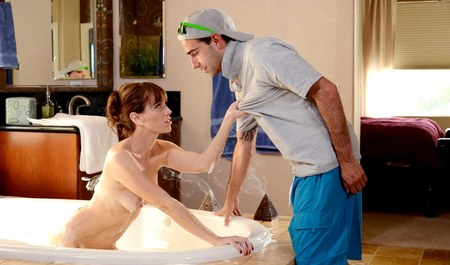 Парень кидает пару палок в жопу любовнице в ванне