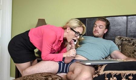 Пышная блонда делает квартиранту минет с последующим сексом