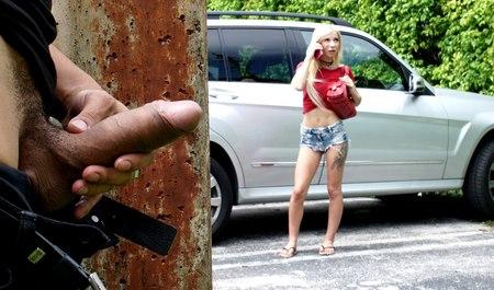 Местный фетишист подрочил и трахнул иногороднюю телку в ее машине