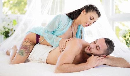 Пришел на массаж и получил нежный секс от любимой подруги