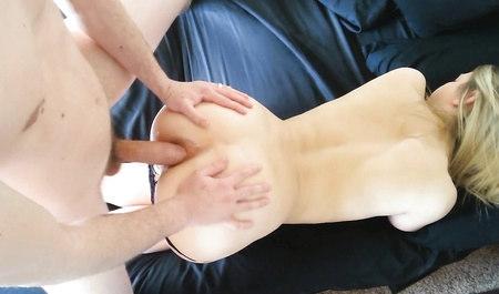 Муженек трахает прелестную женушку в жопу