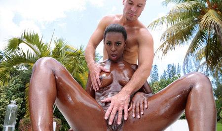 Бурный секс с крепким мужиком в загородном доме