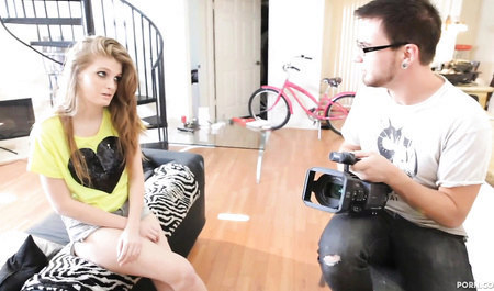 Парень снимает на видео групповой секс с женой и подругой